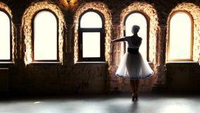 Профессиональная молодая балерина танцует на цыпочках сток-видео
