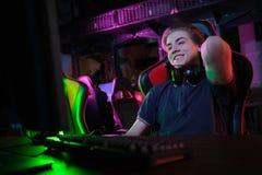 Профессиональная молодая кавказская игра gamer онлайн на его ПК Он осадил из-за терять игру стоковое фото