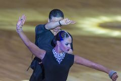 Профессиональная пара танца выполняет латино-американскую программу Youth-2 на чашке танца WDSF международной WR стоковые изображения