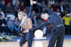 Профессиональная пара танца выполняет латино-американскую программу Youth-2 стоковое изображение