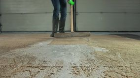Профессиональная чистка ковра Человек очищает грязный ковер Очищает пену после очищать сток-видео