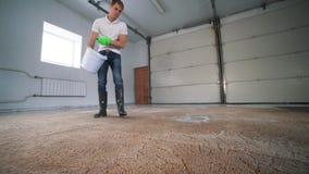 Профессиональная чистка ковра Человек очищает грязный ковер Очищает пену после очищать Чистка ковра с электрическим акции видеоматериалы