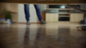 Профессиональная чистка пола с MOP Человек от компании чистки моет пол в живущей комнате видеоматериал