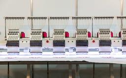 Профессиональная швейная машина на ткани, никто стоковые фото