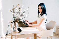 Профессиональное занятие Секретарша в документах белого платья печатая стоковое фото rf