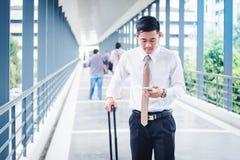 Профессиональное перемещение бизнесмена используя smartphone говоря на его Стоковое Фото