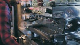 Профессиональное barista подготавливает кофе специальности акции видеоматериалы