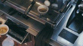 Профессиональное barista подготавливает кофе специальности сток-видео