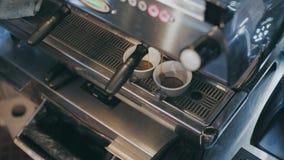 Профессиональное barista подготавливает кофе специальности видеоматериал