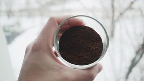 Профессиональное barista показывая свежо земной высококачественный кофе и степень своей жарки видео 4K видеоматериал