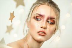Профессиональное portret студии молодой красивой девушки с красивым составом красоты Стоковое Фото