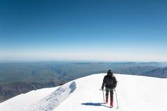 Профессиональные альпинисты идут к западному пику Elbrus Стоковое Изображение RF