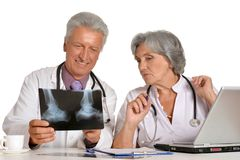 Профессиональные доктора смотря рентгеновский снимок Стоковое Изображение