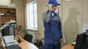 Профессиональные ответы инженера на портативном радио и идут вне