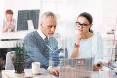 Профессиональные работники офиса сидя на таблице Стоковое Изображение RF
