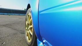 Профессиональные сила двигателя испытания автогонщика и аэродинамика автомобиля на дороге акции видеоматериалы