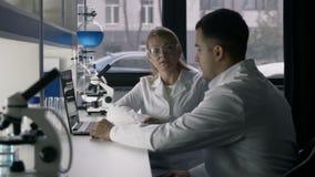 Профессиональные ученые обсуждая исследование на лаборатории