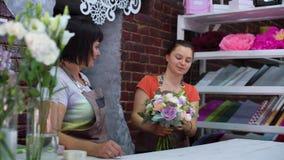 Профессиональные флористы аранжируя букет свадьбы цветка в студии флористического дизайна сток-видео