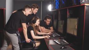 Профессиональные Gamers участвуя в онлайн турнире игр кибер видеоматериал