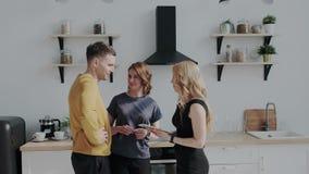 Профессиональный агент недвижимости показывает удобный современный дом к красивой средней достигшей возраста паре Кто в видеоматериал