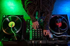 профессиональный Афро-американский клуб DJ с ядровым смесителем стоковые изображения