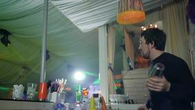 Профессиональный бармен останавливает рост с бутылкой и джиггером на таблице бара в дыме видеоматериал