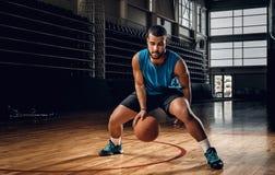Профессиональный баскетболист в действии в поле баскетбола Стоковое Фото