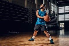 Профессиональный баскетболист в действии в поле баскетбола Стоковое Изображение RF