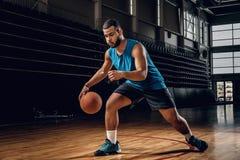 Профессиональный баскетболист в действии в поле баскетбола Стоковые Изображения RF