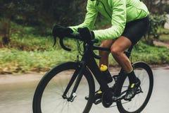 Профессиональный велосипед катания велосипедиста Стоковые Фотографии RF