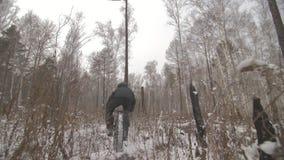 Профессиональный весьма велосипедист спортсмена ехать жирный велосипед в outdoors Езда велосипедиста в человеке леса снега зимы д видеоматериал