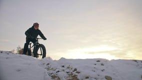 Профессиональный весьма велосипедист спортсмена ехать жирный велосипед в на открытом воздухе Езда велосипедиста в человеке леса с акции видеоматериалы