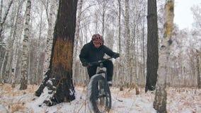 Профессиональный весьма велосипедист спортсмена ехать жирный велосипед в outdoors Езда велосипедиста в человеке леса снега зимы д акции видеоматериалы