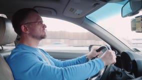 Профессиональный водитель управляет автомобилем на высокой скорости на шоссе акции видеоматериалы