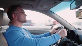 Профессиональный водитель управляет автомобилем на высокой скорости на шоссе видеоматериал