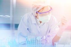 Профессиональный выдающийся специалист по науки на работе Новаторские технологии в науке и медицине Стоковое Фото