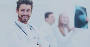 Профессиональный доктор на больнице с пересеченными оружиями Стоковые Фотографии RF