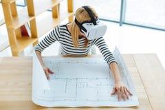 Профессиональный женский инженер работая на проекте Стоковые Изображения