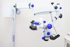 Профессиональный зубоврачебный endodontic бинокулярный микроскоп стоковые фотографии rf