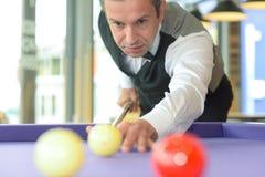 Профессиональный игрок на бильярдном столе Стоковые Фотографии RF