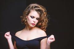 Профессиональный макияж Женщина с курчавыми стилем причесок и макияжем на черной предпосылке Идея макияжа для элегантного обмунди стоковая фотография rf