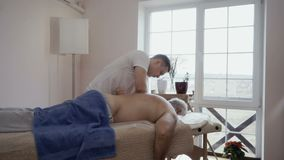 Профессиональный массаж от молодого доктора акции видеоматериалы
