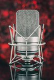 Профессиональный микрофон в несосредоточенной предпосылке mic стоковое изображение