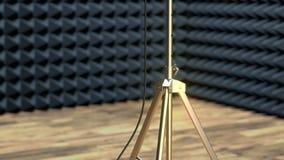 Профессиональный микрофон на стойке микрофона в ядровой студии звукозаписи видеоматериал