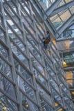 Профессиональный мойщик окон высотного здания стоковое фото