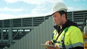 Профессиональный мужской инженер во время работы на открытом воздухе используя конец-вверх ПК планшета средний акции видеоматериалы