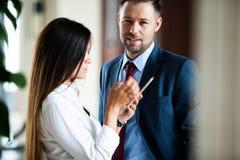 Профессиональный мужчина и женские деловые партнеры имея встречу, который нужно обсудить запланировать стратегию для общего проек стоковые фото