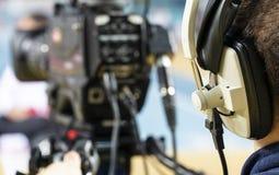 Профессиональный оператор с наушниками с камкордером 4K стоковые изображения rf