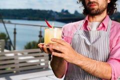 Профессиональный опытный бармен делая освежая коктеиль стоковое фото rf
