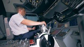 Профессиональный пилот двигает маховичок управления и рычаг во время полета сток-видео
